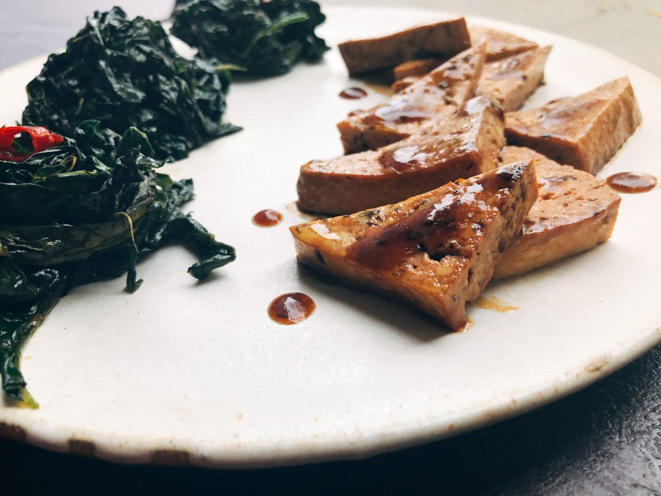 Tofu al mirin e cavolo nero piccante