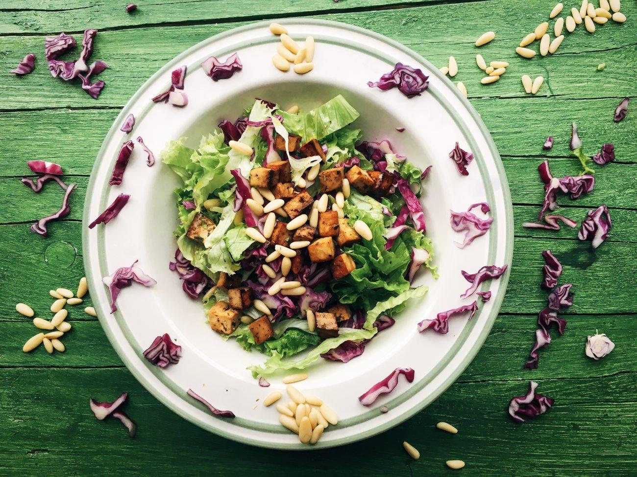 Insalatona con tofu, pinoli e cavolo viola